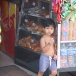 Kind vor einem Verkaufskiosk in Colombo