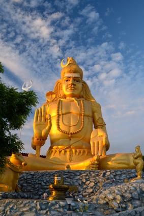 Goldene Lord Shiva Statue mit seinen Lingam am Koneswaram Tempel in Trincomalee