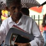 Auch bei Sonnenschein können Regenschirme schützen