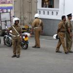 Auch die Polizei in Sri Lanka zeigt ihre Präsenz