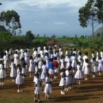 Schulkinder in Sri Lanka beim morgendlichen Aufstellen