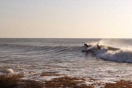 Surfer an einem Strand von Arugam Bay