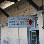Frauentoilette im Bahnhof von Ella