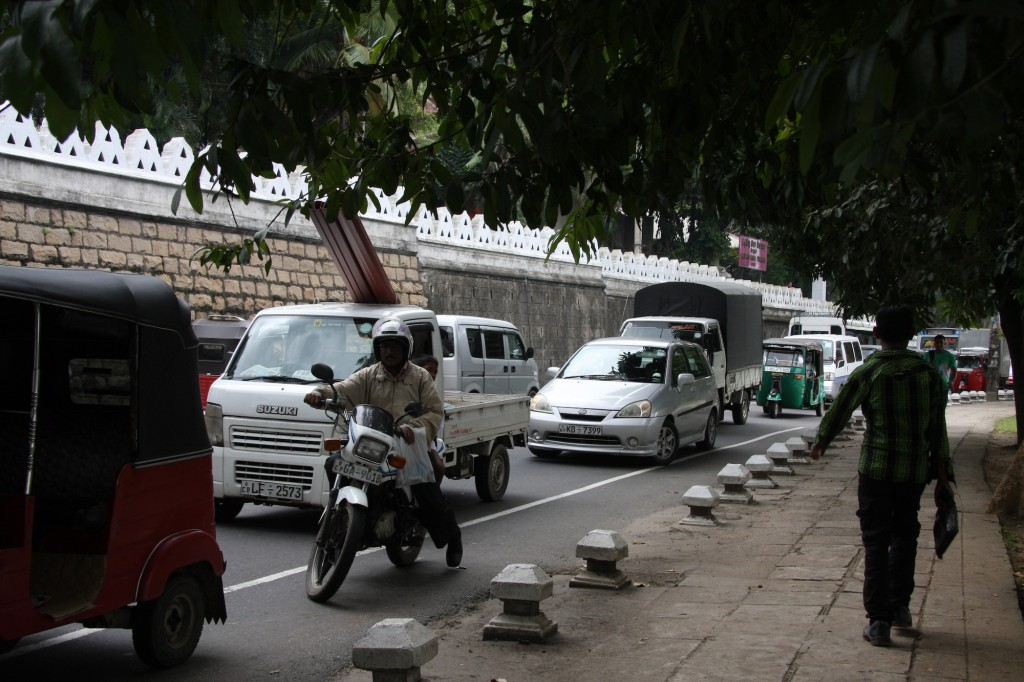 Typische Verkehrsszene in Sri Lanka