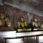 Buddha Statuen in einer Höhle von Dambulla