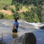 Arbeiter in einem Fluss in der Nähe von Ella