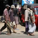 Menschen auf dem Weg zur Arbeit in Sri Lanka