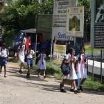 Schulkinder in Sri Lanka auf dem Weg nach Hause